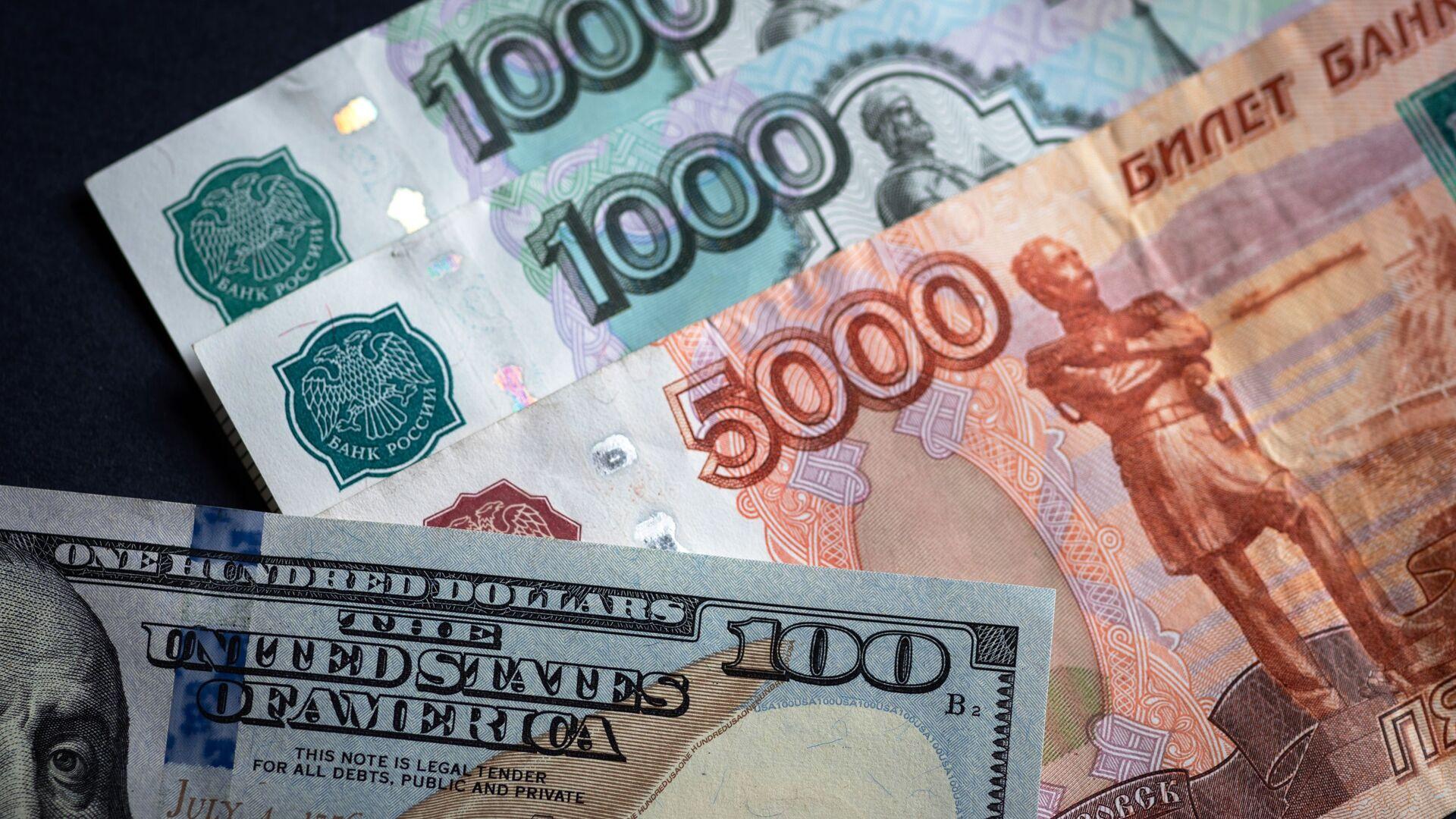 Российские рубли и доллары - Sputnik Беларусь, 1920, 22.09.2021