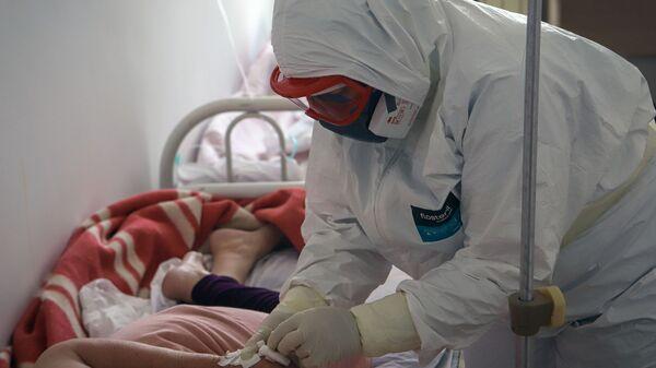 Медицинский работник и пациент в госпитале для зараженных коронавирусной инфекцией COVID-19  - Sputnik Беларусь