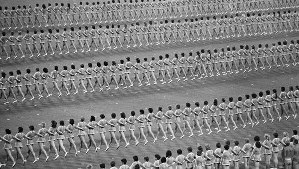 Сотни советских девушек совершают синхронные движения во время репетиции церемонии открытия Олимпийских игр - Sputnik Беларусь