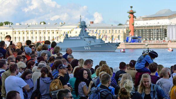 Жители на набережной Санкт-Петербурга, чтобы посмотреть проход кораблей во время Главного военно-морского парада России - Sputnik Беларусь