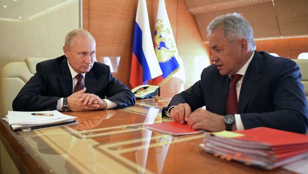 Президент РФ Владимир Путин и министр обороны РФ Сергей Шойгу (справа) - Sputnik Беларусь