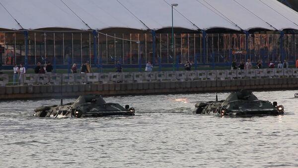 Катамараны і бронетранспарцёры: незвычайны заплыў па Свіслачы - Sputnik Беларусь