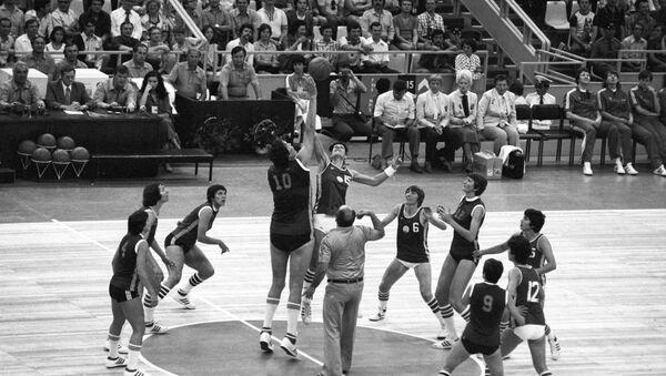 Мачт по баскетболу между сборными женскими командами СССР (темная форма) и НБР - Sputnik Беларусь