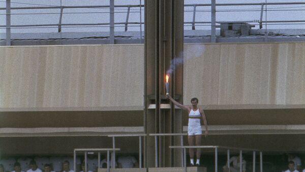 Баскетболист, чемпион СССР и Олимпийских игр Сергей Белов зажигает олимпийский огонь - Sputnik Беларусь