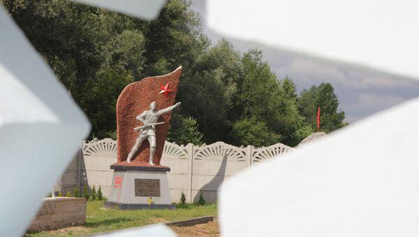 На алеі памяці ў Мухаўцы ўстаноўлена ўжо 16 манументаў. Яшчэ тры кампазіцыі чакаюць адкрыцця межаў у Польшчы - Sputnik Беларусь