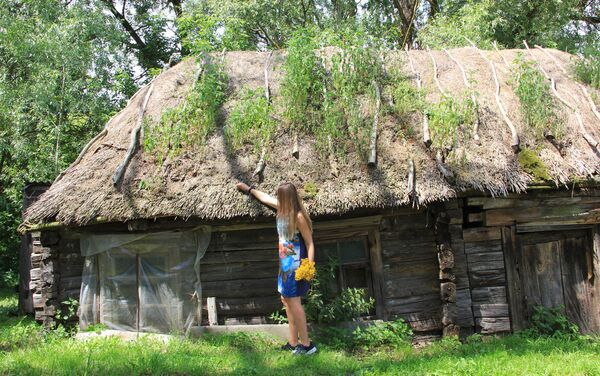 Необитаемые брошенные дома с течением времени врастают в землю, но не разрушаются: предки строили жилье на века - Sputnik Беларусь
