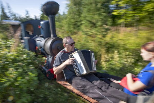 Его железная дорога быстро стала популярной как среди взрослых, так и среди детей, которые хотят насладиться необычным путешествием - Sputnik Беларусь