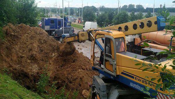 Прорвало трубу: как ликвидировали водопроводную аварию в Минске  - Sputnik Беларусь