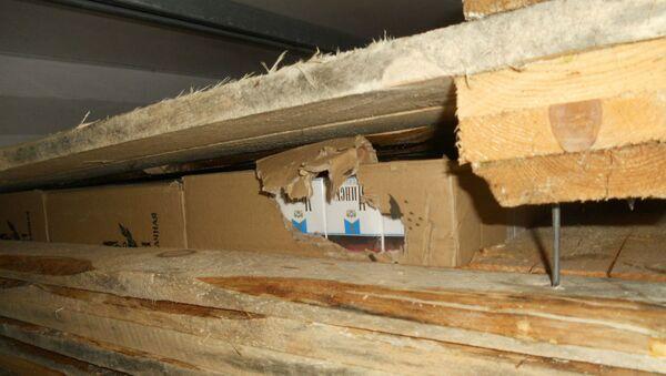 Контрабандные сигареты в досках - Sputnik Беларусь