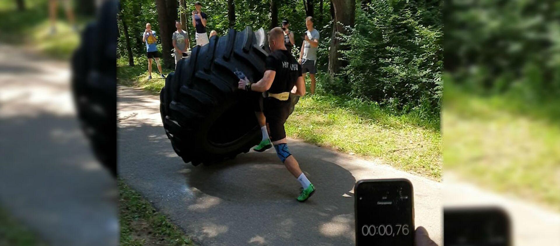 Переворачивает покрышку весом 270 кг: силач из Гродно идет на рекорд - Sputnik Беларусь, 1920, 31.07.2020