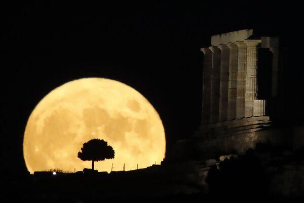 Луна во время восхода в Греции - Sputnik Беларусь