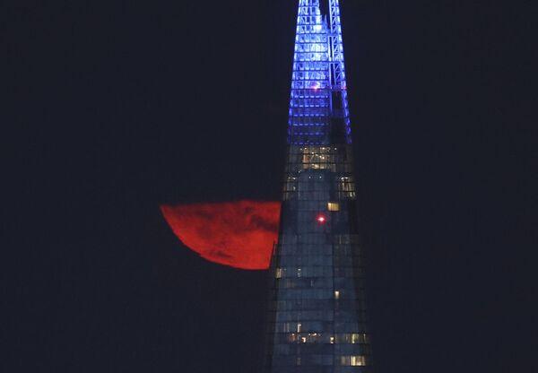Осетровая луна за зданием небоскреба Осколок в Лондоне - Sputnik Беларусь