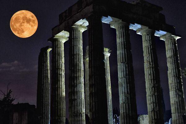 Полнолуние за храмом Зевса в Греции  - Sputnik Беларусь