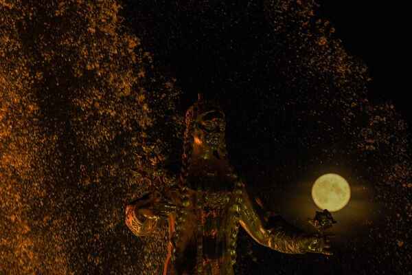 Полная луна за знаменитым фонтаном Дружба народов во Всероссийском выставочном центре - Sputnik Беларусь