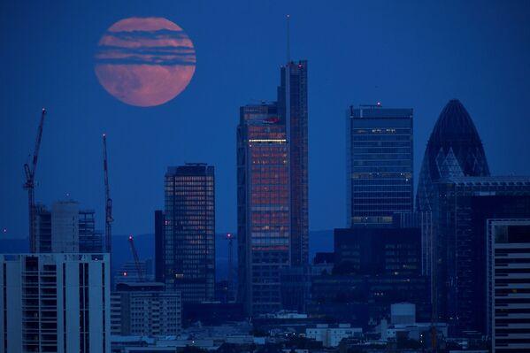 Полная луна поднимается над финансовым районом лондонского Сити - Sputnik Беларусь