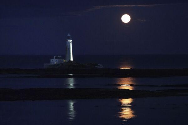Полная луна августа поднимается над маяком Святой Марии в бухте Уитли, Англия - Sputnik Беларусь