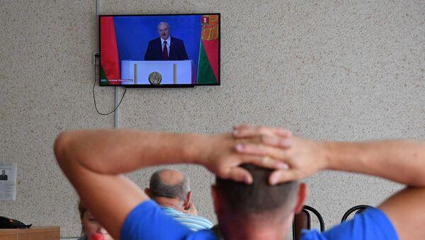Беларусы слухаюць пасланне Аляксандра Лукашэнкі да парламента і народа краіны перад выбарамі 2020 - Sputnik Беларусь