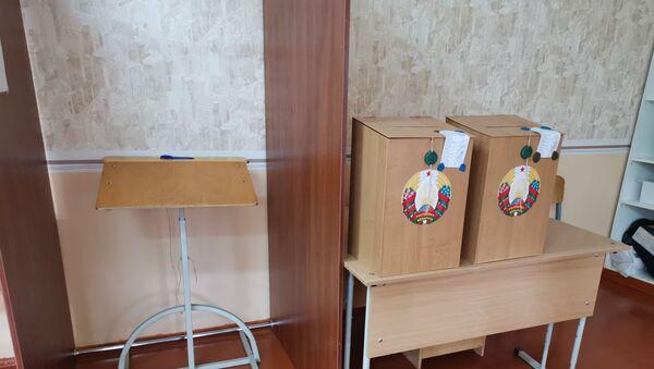 Кабины для голосования теперь без привычных шторок, что несколько озадачивает избирателей - Sputnik Беларусь