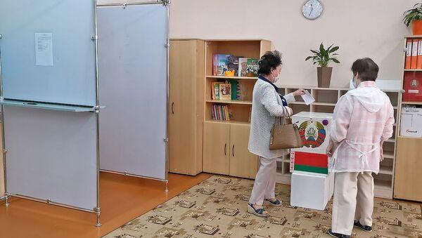 Досрочное голосование проходит в Беларуси - видео - Sputnik Беларусь