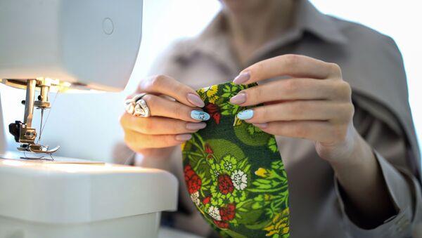 Дизайнер одежды Ольга Казакова из Краснодара шьёт на заказ дизайнерские трёхслойные защитные маски дома во время режима самоизоляции из-за коронавирусной инфекции - Sputnik Беларусь