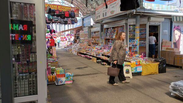 На рынке Экспобел покупатели есть даже в полдень в будний день - Sputnik Беларусь