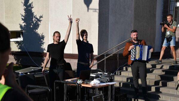 Диджеи, включившие песню Цоя на празднике допобразования - Sputnik Беларусь