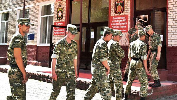 Военнослужащие ВВ в очереди на избирательный участок - Sputnik Беларусь