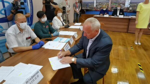 Голосует губернатор Витебской области - Sputnik Беларусь