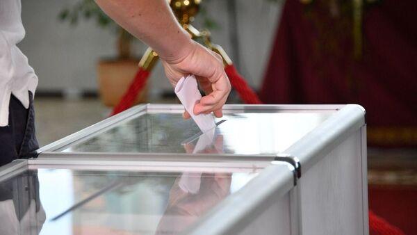 Сложенный бюллетень во время голосования на избирательном участке №1 на президентских выборах 2020 года - Sputnik Беларусь