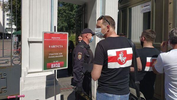В Москве выстроилась очередь желающих проголосовать - Sputnik Беларусь