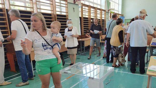 На избирательном участке №50 в Витебске многолюдно уже с утра - Sputnik Беларусь