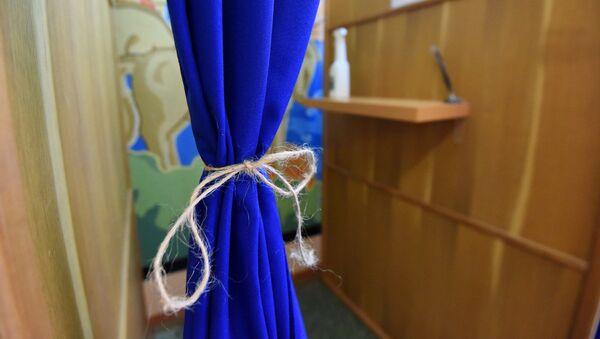 На многих участках для голосования шторки в кабинках остались, но их подвязали тесьмой, чтобы избиратели не касались ткани руками - Sputnik Беларусь