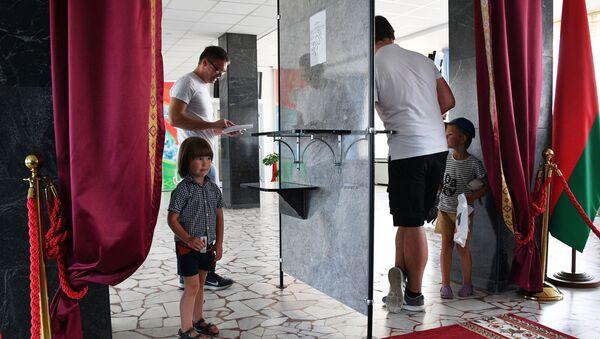 Мужчины голосуют на выборах президента Беларуси на избирательном участке в Минске - Sputnik Беларусь