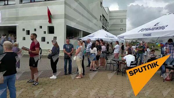 В Каменной горке собралась большая очередь из желающих проголосовать - Sputnik Беларусь