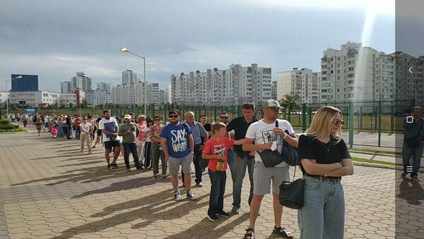 После обеда очереди на избирательные участки в спальных районах в Минске тоже стали расти - Sputnik Беларусь