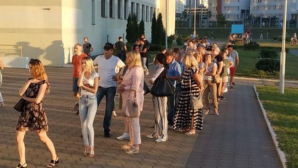 Очередь перед участком в Минске - Sputnik Беларусь