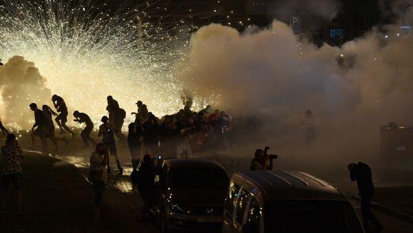 Над проспектом Машерова стоял густой дым от свето-дымовых шашек - Sputnik Беларусь