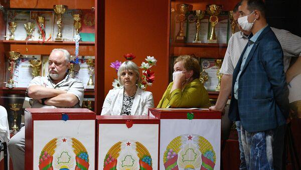 Наблюдатели во время подсчёта голосов на избирательном участке в Минске - Sputnik Беларусь