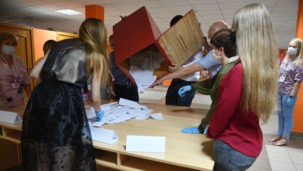 Члены участковой избирательной комиссии во время подсчёта голосов на избирательном участке в Минске - Sputnik Беларусь