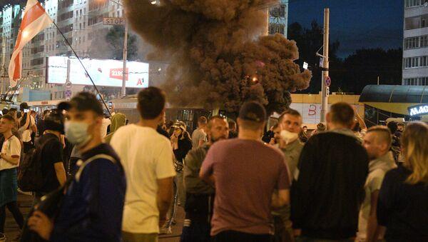 Протестующие забросили файер в троллейбус - Sputnik Беларусь