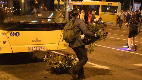 Как протестующие сооружали баррикады на проспекте Пушкина - Sputnik Беларусь