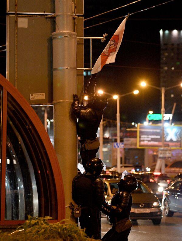 Омоновцы снимают бело-красно-белый флаг Беларуси, вывешенный протестующими - Sputnik Беларусь