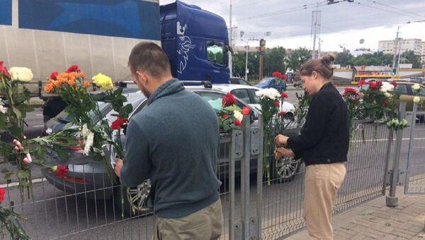 Люди несут цветы к станции метро Пушкинская - Sputnik Беларусь