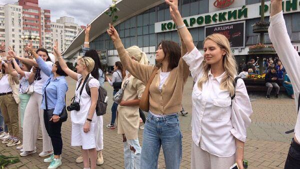 Женщины вышли на площадь возле Комаровского рынка - Sputnik Беларусь