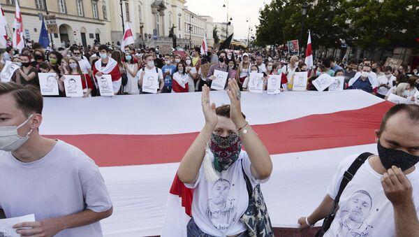 Демонстрация в поддержку белорусов в Варшаве, Польша, после протестов в Беларуси - Sputnik Беларусь