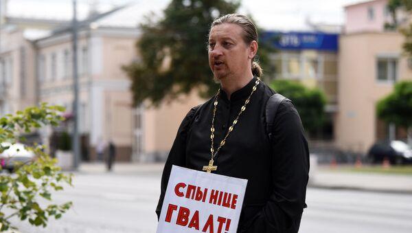 В Гомеле на одиночный пикет вышел православный священник Владимир Доробышевский  - Sputnik Беларусь