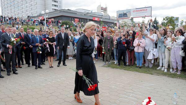 Посол Швеции в Беларуси Кристина Йоханнессон и другие диппредставители возложили цветы в память о погибшем протестующем - Sputnik Беларусь