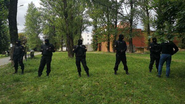 Сотрудники ОМОН пытаются оттеснить людей от забора ЦИП - Sputnik Беларусь