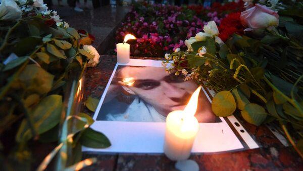 Цветы и свечи несут в память о погибшем гомельчанине - Sputnik Беларусь