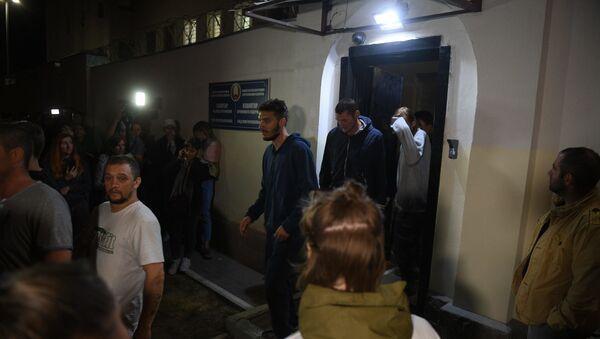 Задержанные во время протестов выходят из ЦИП на Окрестина - Sputnik Беларусь
